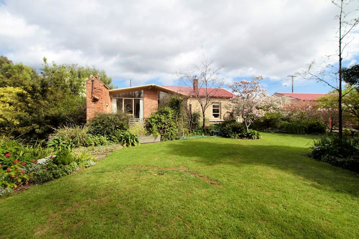 The Moonah Barn & Beautiful Garden - Houses For Rent In Moonah