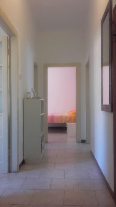 A sinistra Cucina e Bagno, di fronte la stanza.