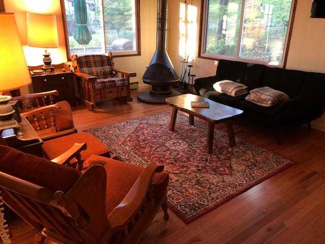 Cozy Renovated Chalet One Block From the Lake!