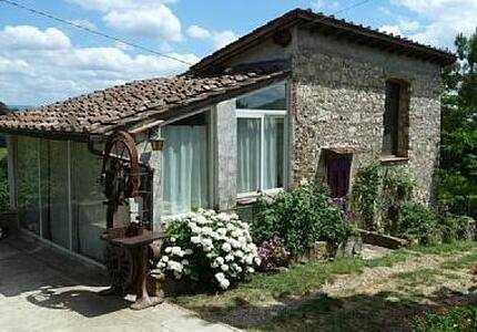 A barn on typical tuscan hills - Rignano sull'Arno - 단독주택
