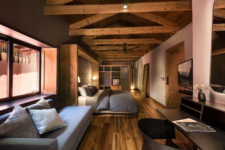 Recámara principal, techo estilo cabaña rústica con escritorio escritorio de trabajo.