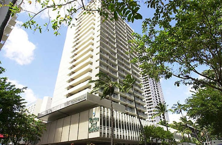WAIKIKI central 5mn walk to beach w/parking & pool