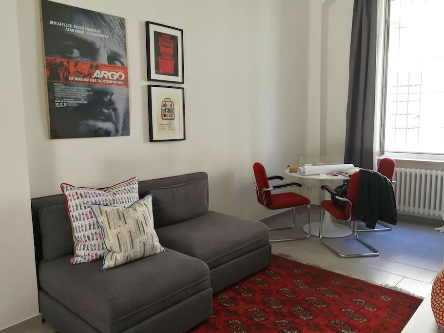 Spazioso Living con tavolo fino a 6 posti, divano letto e cucina/wide Open Space living room with table sitting 6 pax. double couch bed and fully equipped kitchen