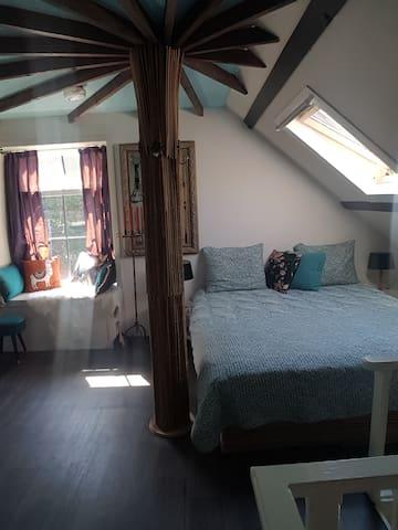 Ouderslaapkamer bereikbaar middels antieke ijzeren spiltrap. Op slaapkamer 2 ramen die open kunnen. Gelegen boven de woonkamer met uitzicht op tuin .