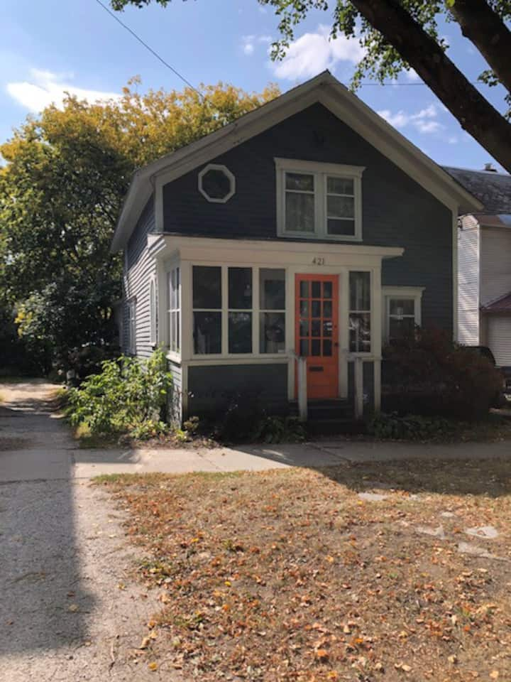 Adorable house walking distance to town & lake