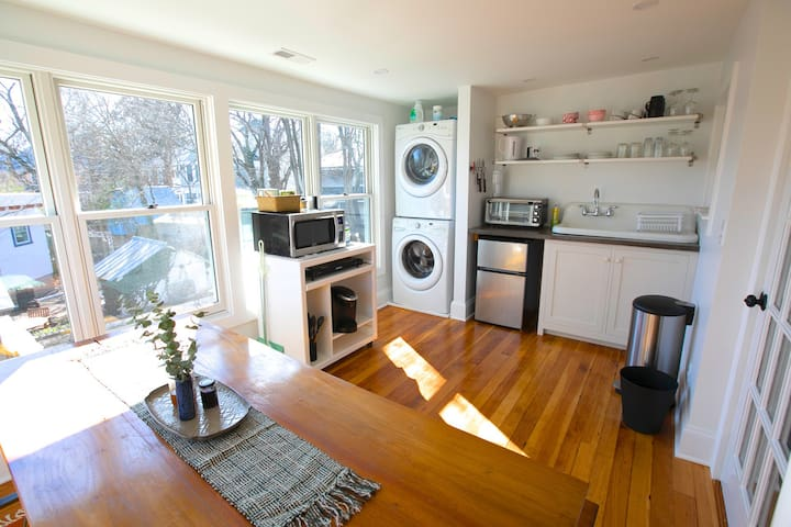 Amazing downtown locale! 3 bdrm, clean+bright apt.