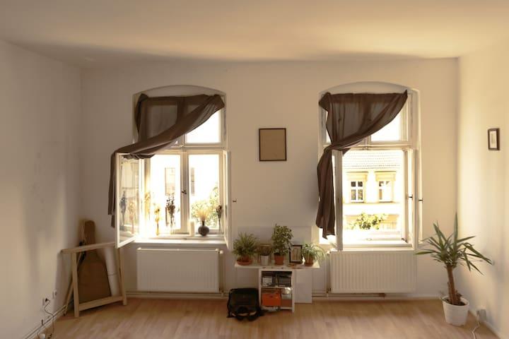 Sunny Bedroom / Atelier in Shared Flat - Ostkreuz