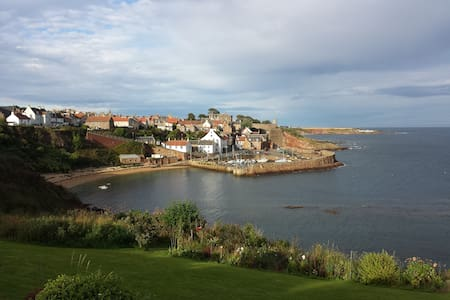 Large bedroom in well located quirky house - Crail