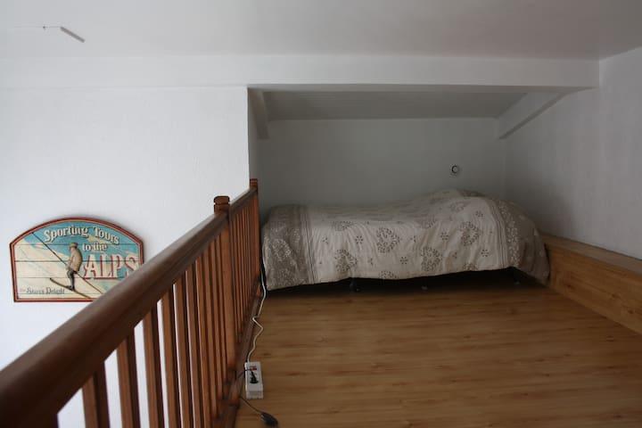 une mezzanine spacieuse et lumineuse