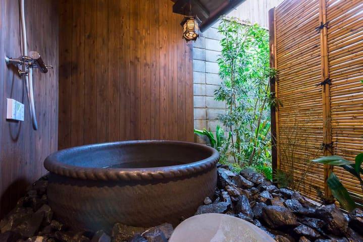 清水寺近く、高瀬川沿い、京町屋の一棟貸し
