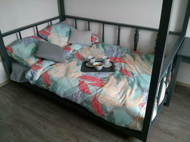 Nastrojowy, pokój z łóżkiem z baldachimem