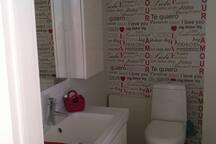 Yläkerran WC, vain vieraiden käytössä.