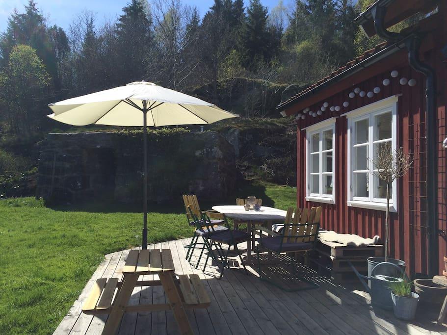 Uteplatsen på framsidan huset vid ytterdörren /Terrass in front of the house by the entrance