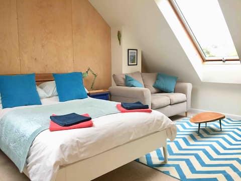Central Totnes, loft suite, own bathroom, parking,