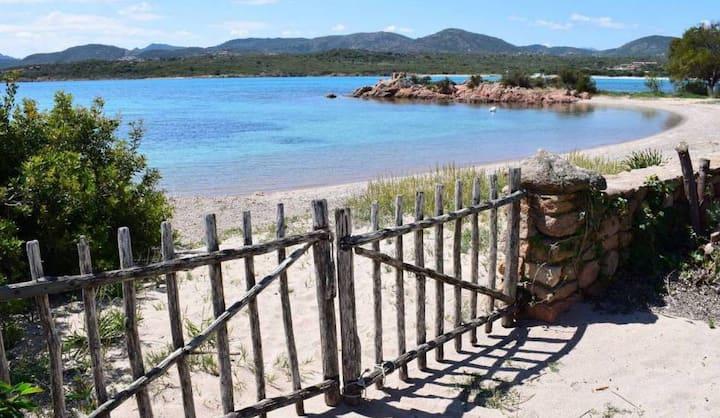 Pieds dans l'eau, private beach villa Sardinia
