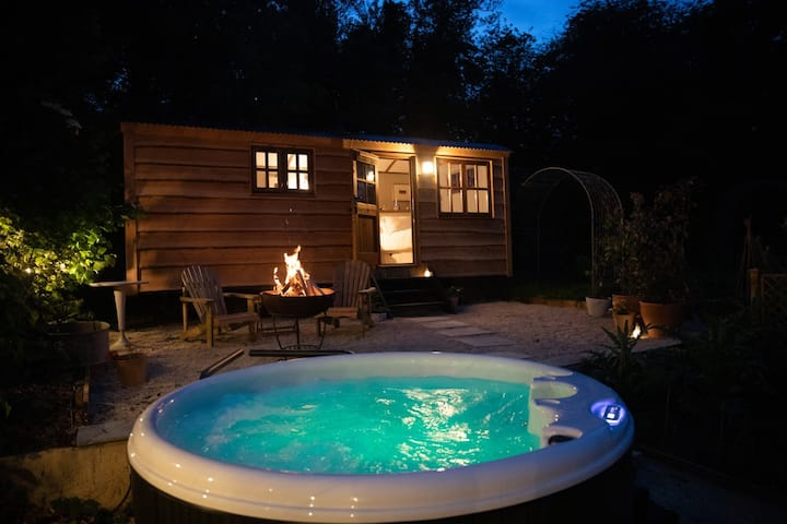 Luxury, rural  Shepherds Hut with hot tub nr Bath