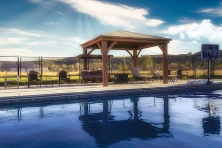 ✈1.2 Acre South Ogden w/ Pool, Hot Tub, King Bed