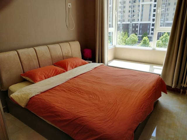 《阳光小屋》,舒适大床房,紧邻工业大学,欢乐谷,潘家园,国贸CBD,劲松,双井。