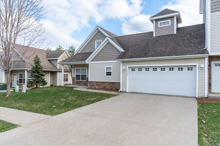 3BR/2.5BTH Magical Urbandale Home w lots of space!