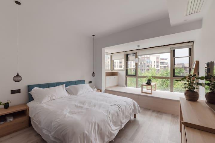 二楼大房间:1.8米大床、智能锁、中央空调、电视,五星床品及各类洗漱用品、榻榻米,茶具、套卫。