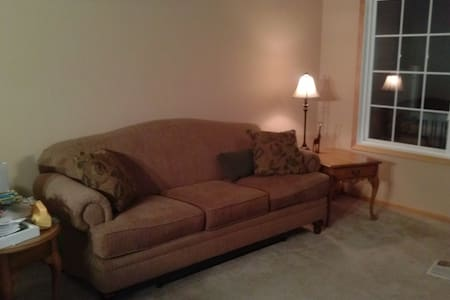 Private room with shared bathroom - Inver Grove Heights - Таунхаус