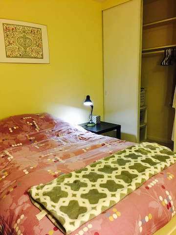 Cozy Private room. Near Bart and DB1 Station