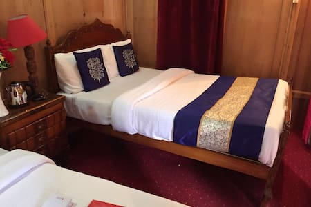 Full service romantic houseboats on dallake - Srinagar
