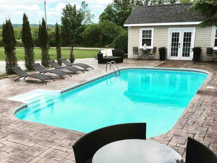 Guest House ~ Willow Vale Estate (Pool+Hot-tub!)