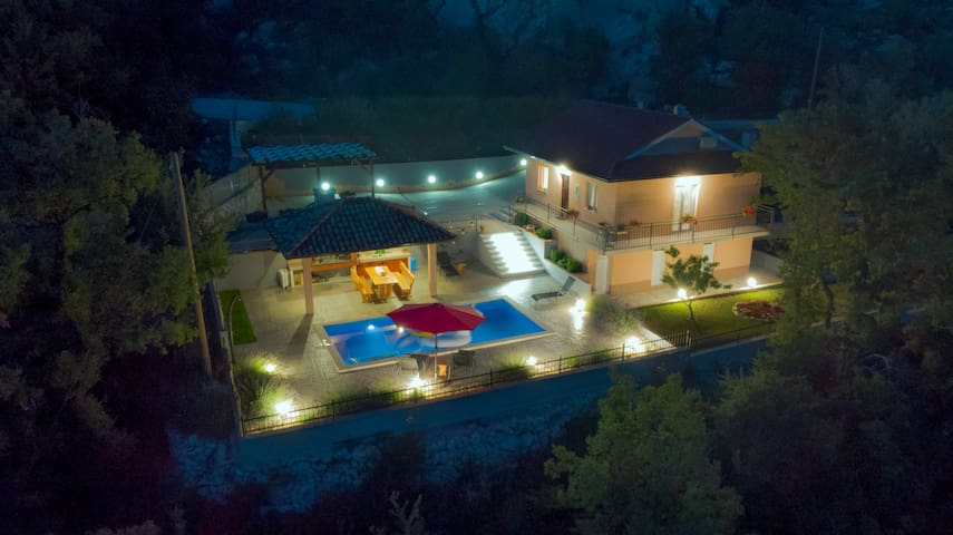 Villa with private pool united with nature