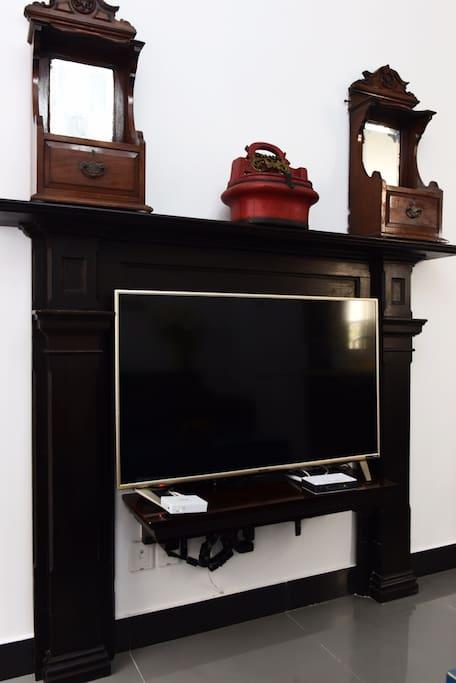 客厅老上海壁炉架改造为电视架,配以老式梳妆镜和民国时期江南十里红妆之梳妆桶,实用又具有历史沧桑感。