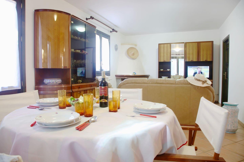Living Room: sofa, dining table, interior details, Smart TV.  Salotto: divani, tavolo da pranzo, dettagli interni, Smart TV.