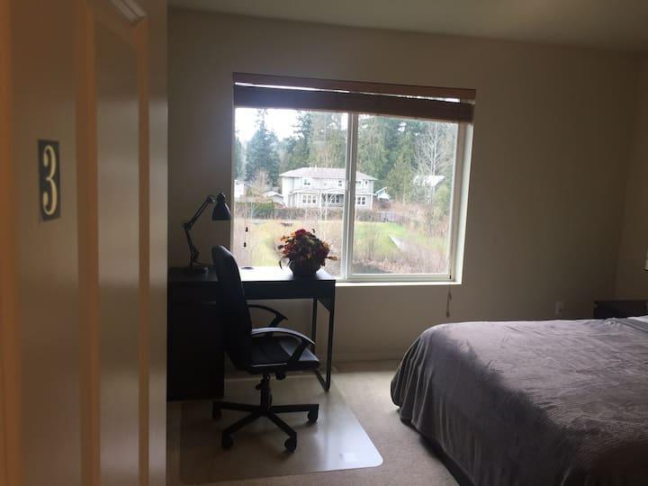 客房(4)明亮温馨舒适的卧室,地理位置优越!离机场15分钟车程,商业区5分钟,交通生活非常便利!