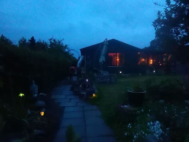 Extremly cosy wooden house with beautiful garden !