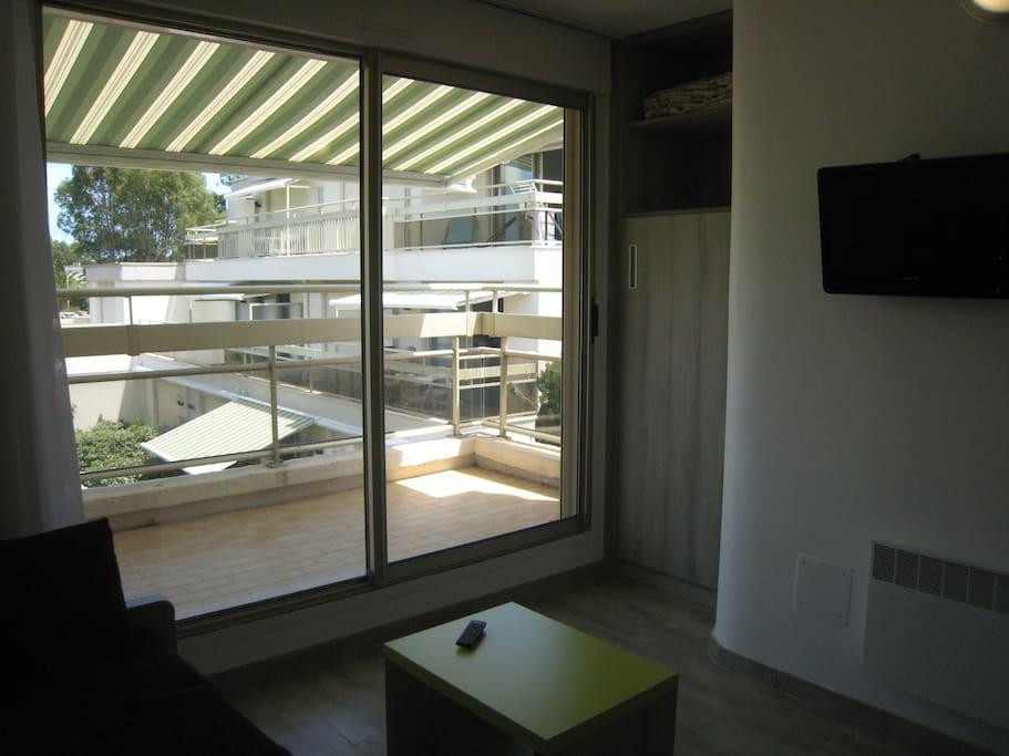 chambre en haut avec TV vue jardin et store banne duplex