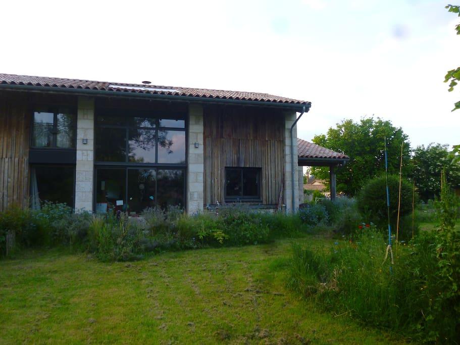 facade sud (le soleil ne passe pas en été dans la baie vitrée: maison bioclimatique)