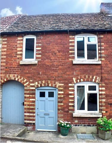 Welcome to the Art House in Tetbury, just a short level walk to the shops and pubs, and a stroll to the car park at the end of the street. This two double-bedroom Victorian cottage has it's own side entrance, large enough to stow away bikes safely.