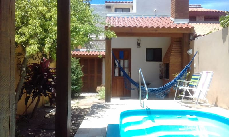 Casa com churrasqueira/piscina - Praia do Laranjal