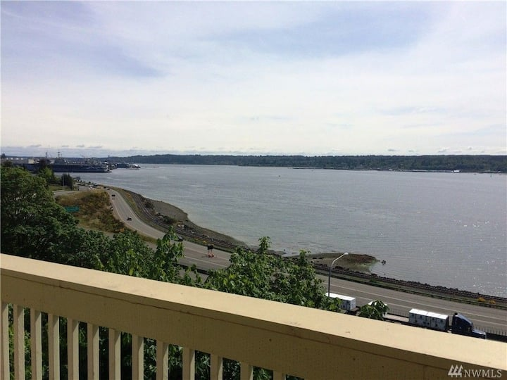 Newly renovated spectacular waterfront condominium