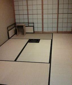 シンプルな和室にふとんで雑魚寝 ふすまで二部屋に仕切れます - 福井市 - 独立屋