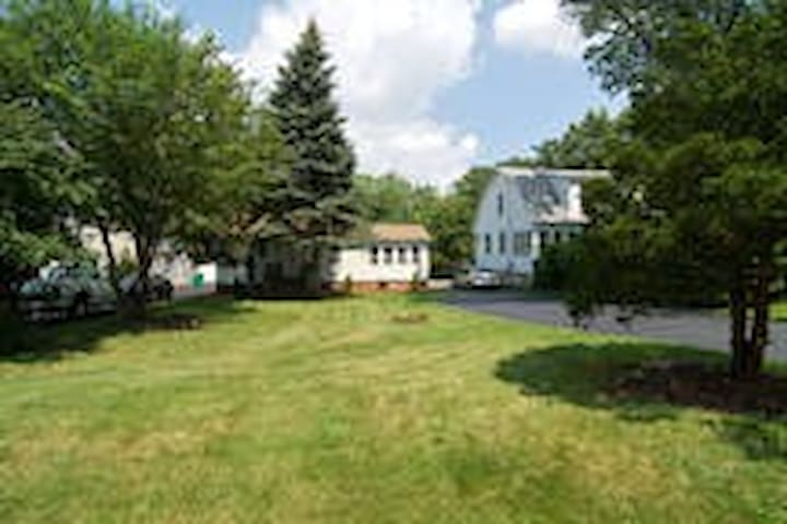 RV and/or Camping on wooded 1 acre lot - Downers Grove - Wohnwagen/Wohnmobil