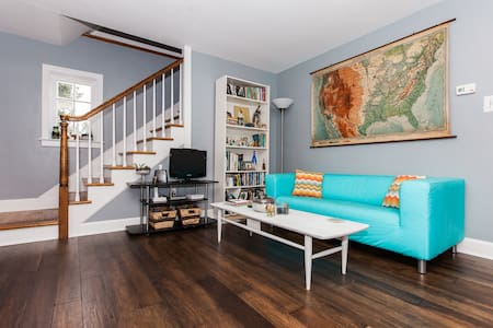 Private + clean room located within walking distance of downtown Elizabethtown. Only 30 minutes from Hershey, Harrisburg, and Lancaster. Access to newly remodeled kitchen + living room. Wifi. A friendly cat is a resident. Pet friendly home and yard.
