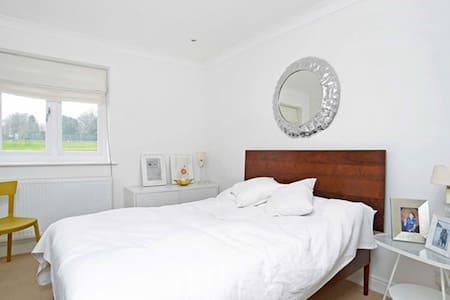Stylish Designers Home - Petersfield - Talo