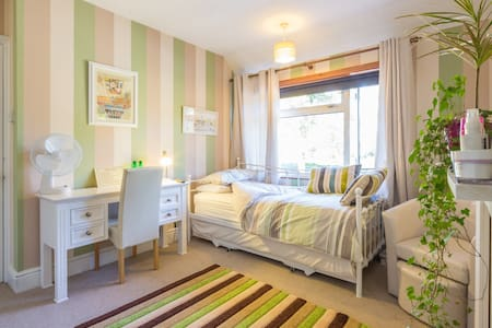 Nice warm pastel bedroom Cambridge - 劍橋 - 獨棟