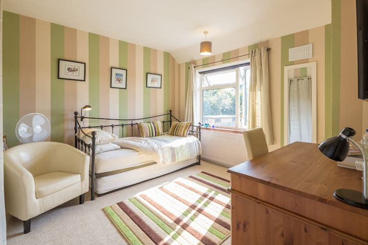 A nice light quiet double  room Cambridge - Cambridge - Casa