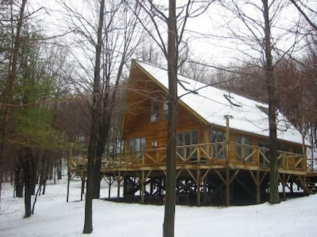 Mountain Chalet on 70 wooded acres - East Meredith - Talo