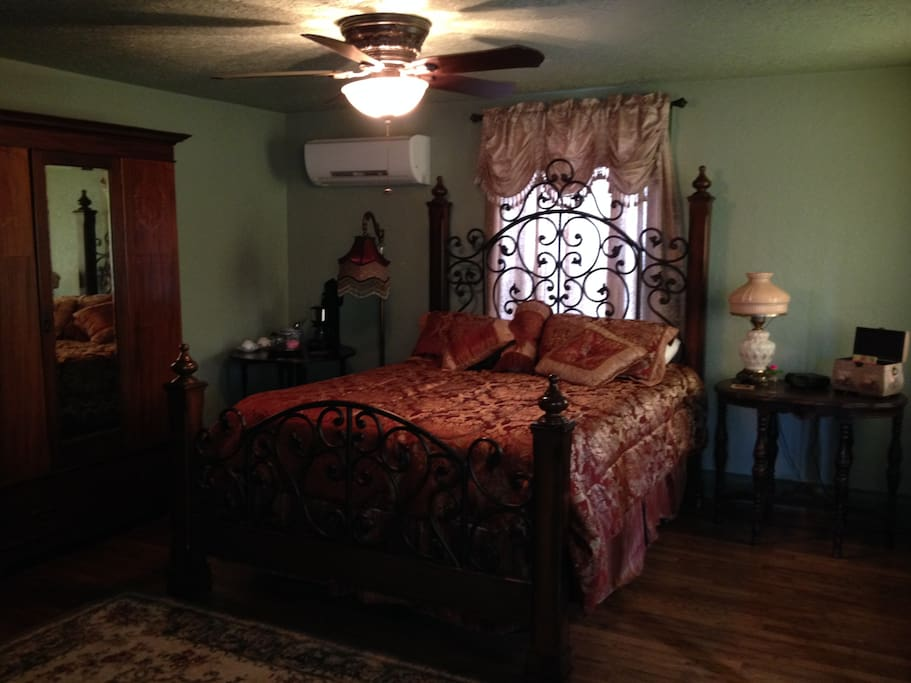 A cozy queen size bed