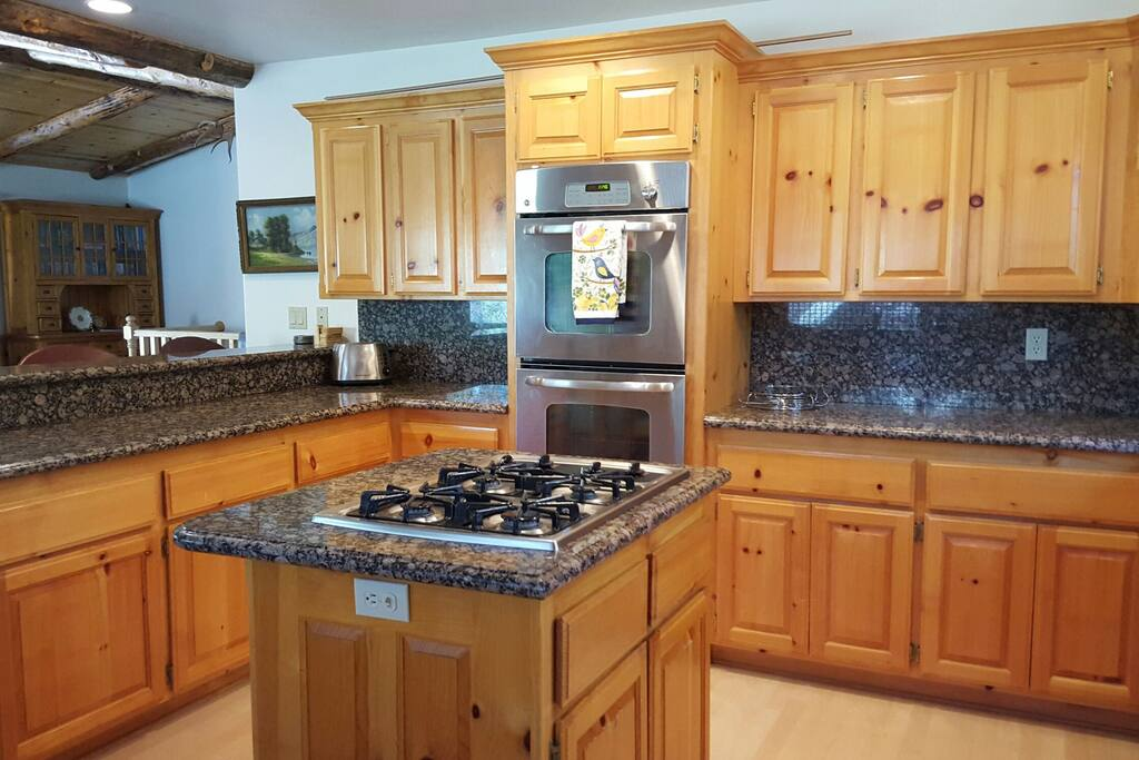 Open kitchen, dual ovens, dishwasher & gas burners