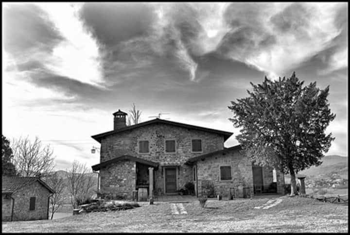 typical tuscan farmhouse