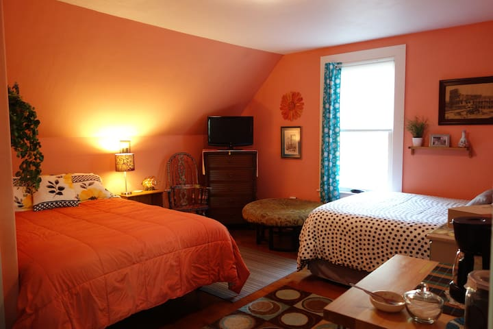 Private, spacious, colorful, fun & unique space - Biddeford - Casa