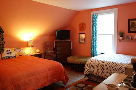 Spacious, colorful room near beaches and Portland - Biddeford - Ganze Etage